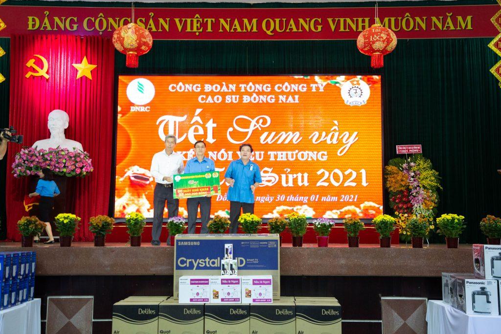 Lãnh đạo Liên đoàn Lao động tỉnh Đồng Nai, Công đoàn CSVN trao biểu trưng hỗ trợ quà Tết cho NLĐ