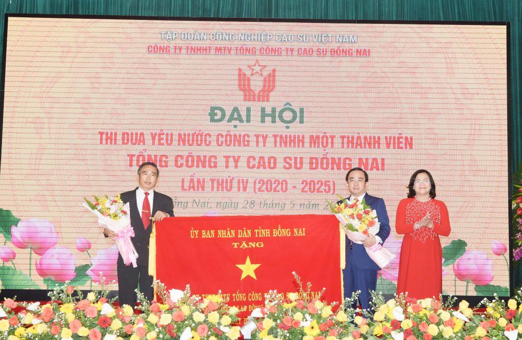 Lãnh đạo UBND tỉnh Đồng Nai trao thưởng cho TCT Cao su Đồng Nai tại Đại hội Thi đua yêu nước TCT lần thứ IV