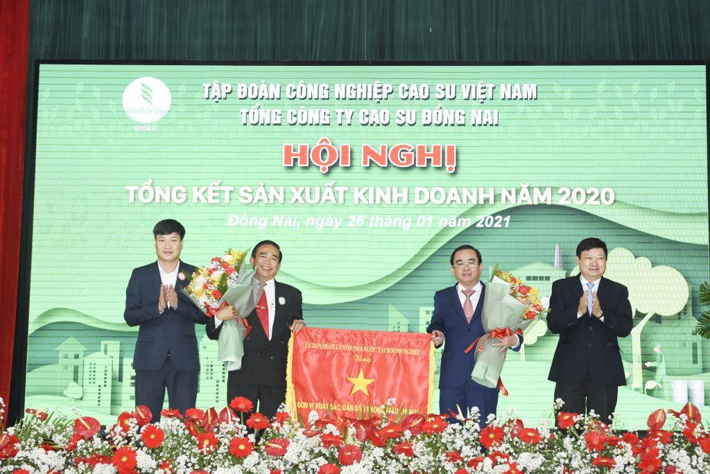 Ông Võ Tấn Đức – Phó Chủ tịch UBND tỉnh Đồng Nai trao Cờ thi đua xuất sắc cho TCT