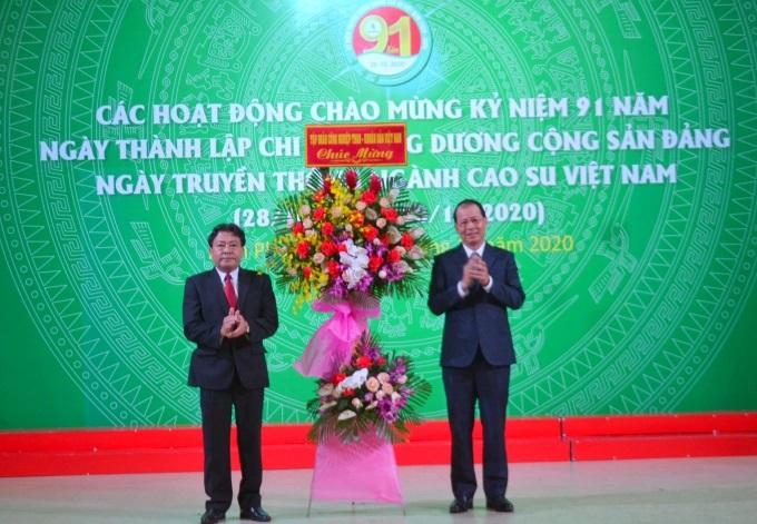 Các đại biểu tặng hoa chúc mừng lễ kỷ niệm. Ảnh: Trần Trung.