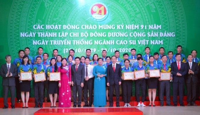 Các tập thể cá nhân xuất sắc vinh dự được nhận giải thưởng trong đợt này. Ảnh: Trần Trung.