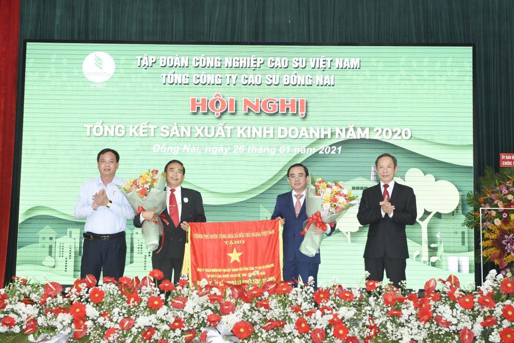 Lãnh đạo tỉnh Đồng Nai và VRG trao Cờ thi đua Chính phủ cho TCT Cao su Đồng Nai