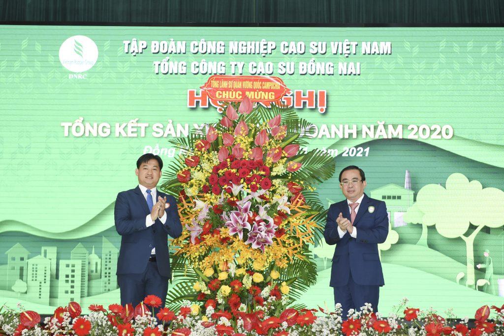 Ông Đỗ Minh Tuấn – TGĐ TCT nhận lẵng hoa chúc mừng từ ông Sok Dareth – Tổng lãnh sự quán Vương quốc Campuchia