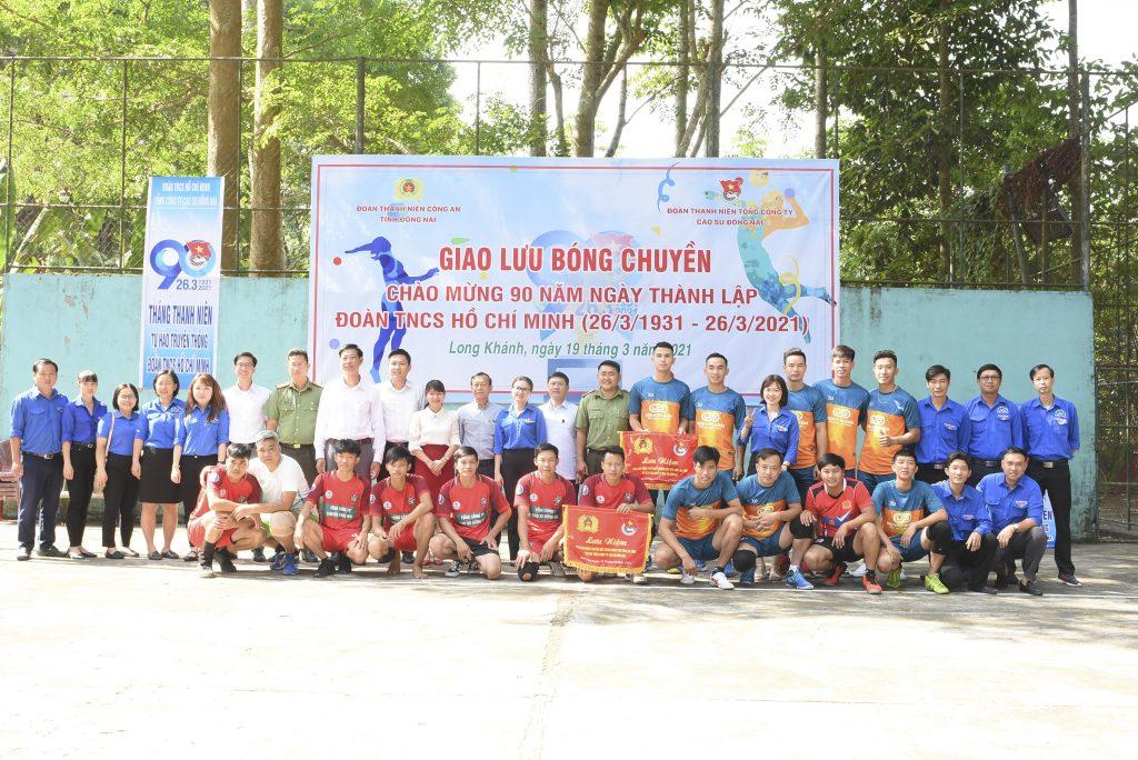 Lãnh đạo Đoàn thanh niên VRG, lãnh đạo 2 đơn vị chụp ảnh lưu niệm với đội bóng chuyền 2 đơn vị