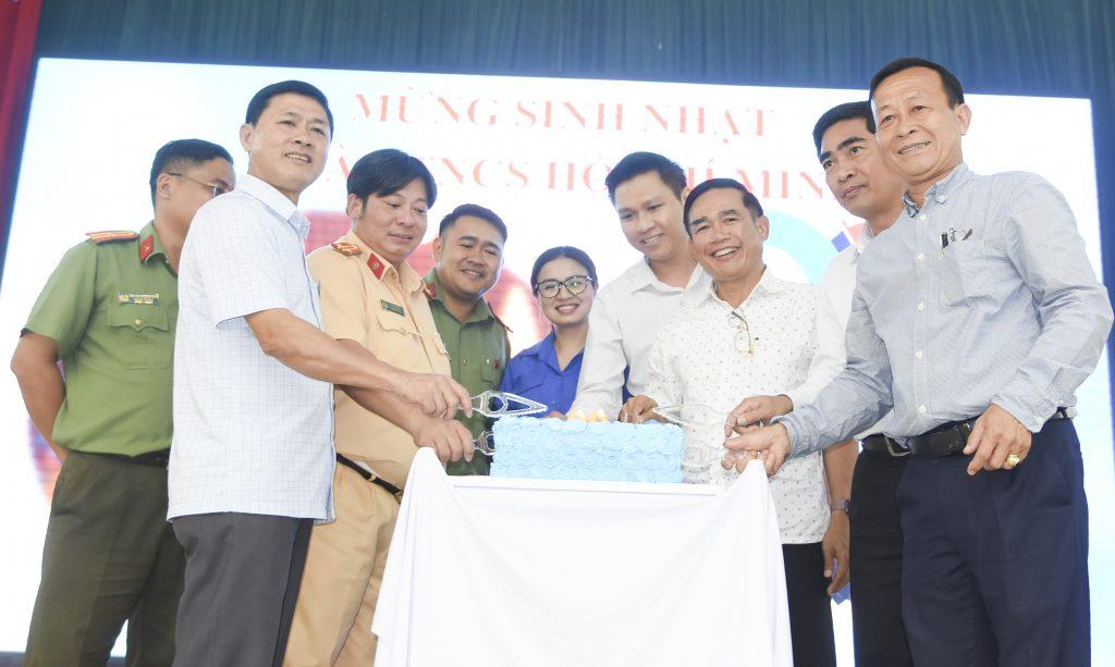 Đại diện lãnh đạo 2 bên cùng cắt bánh sinh nhật chào mừng kỷ niệm ngày thành lập Đoàn thanh niên Cộng sản Hồ Chí Minh
