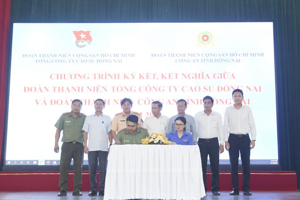 Đại diện lãnh đạo Đoàn TN VRG, lãnh đạo 2 đơn vị chứng kiến nghi thức ký kết giữa Thanh niên 2 đơn vị