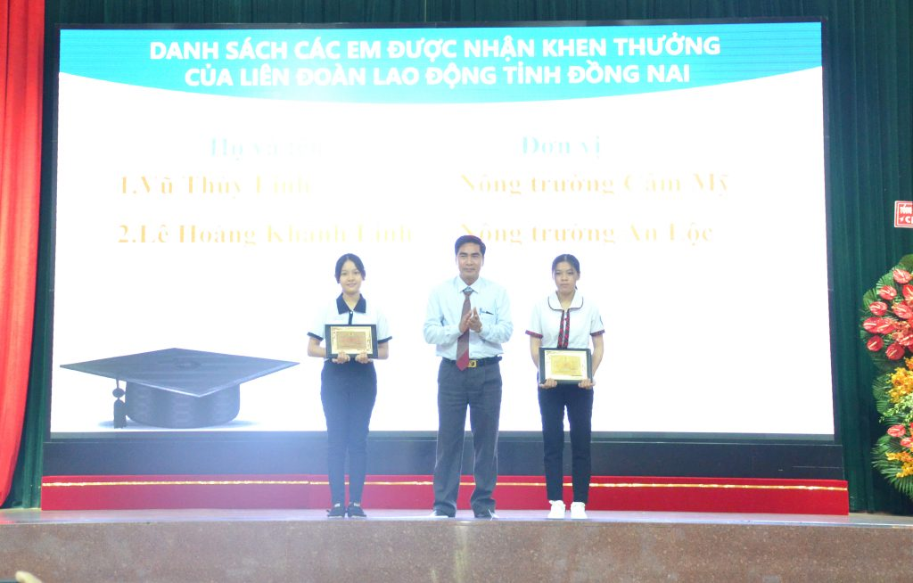 Ông Nguyễn Thế Hựu – Chủ tịch Công đoàn TCT trao thưởng cho 2 em học sinh giỏi cấp tỉnh