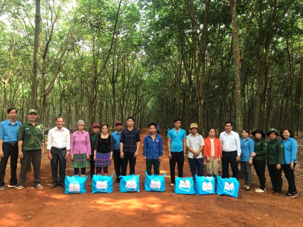 CĐ TCT Cao su Đồng Nai thăm và tặng quà cho NLĐ ở Hà Giang vào làm việc tại đơn vị.